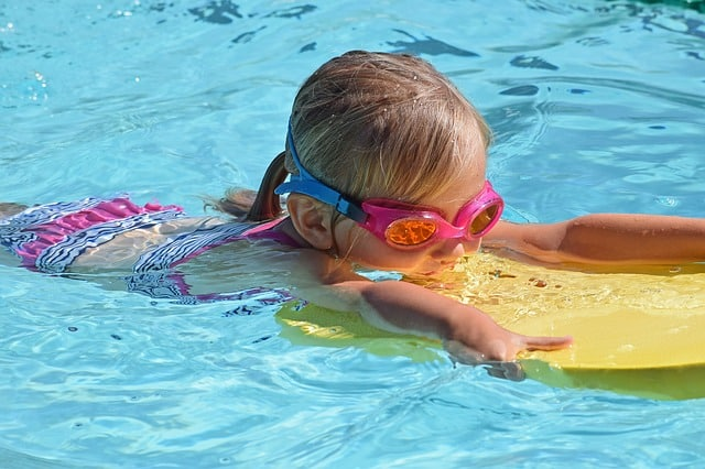 young-swimmer-2494906_640
